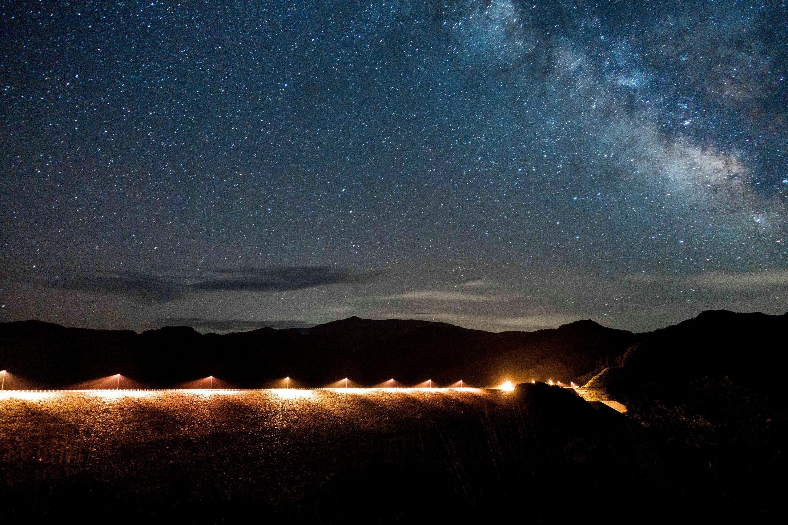満天の星空のロマンティックな無人駅